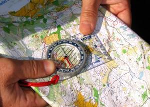 strumenti per orienteering - bussola e cartina